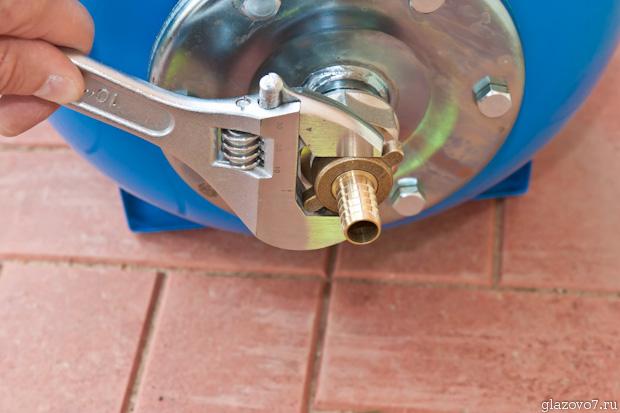 сгон на гибкий шланг закручиваю обычным разводным ключом