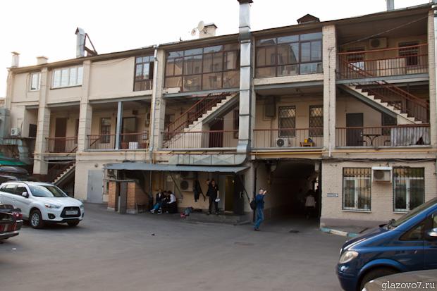 Здание с галереями